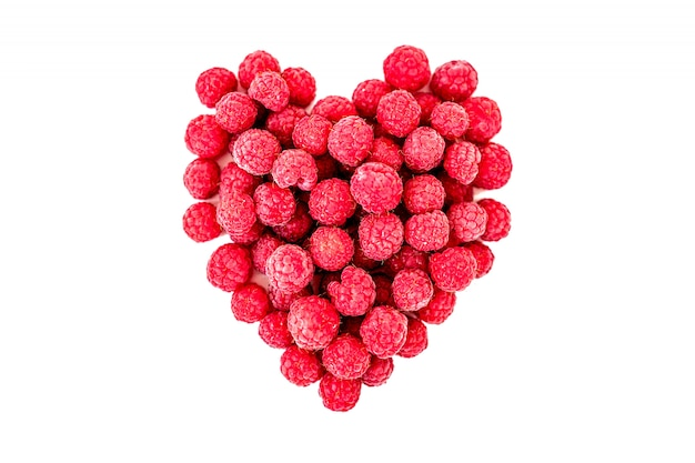 Frambozen in de vorm van een hart als symbool van valentijn en liefde