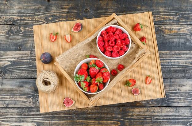 Frambozen in plaat met aardbeien en vijgen