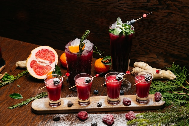 Frambozen shot cocktails met dennenappels met citruscocktails
