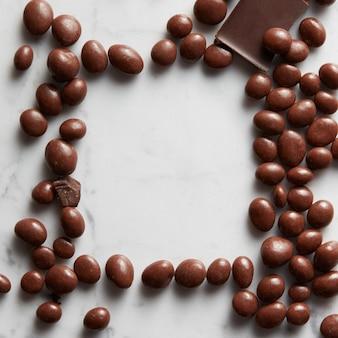 Frame chocolade ballen op een witte achtergrond