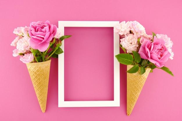 Frame en roze rozen in een wafelkop