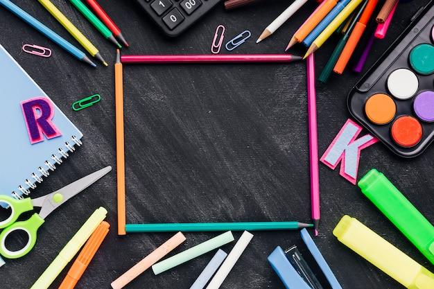 Frame gemaakt van briefpapier over schoolbord