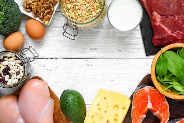 Frame gemaakt van eiwitrijk voedsel - vis, vlees, gevogelte, noten, eieren, melk en groenten. gezond eten en dieet concept