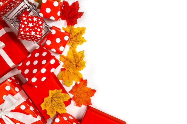 Frame gemaakt van esdoorn bladeren en geschenkdozen witte achtergrond