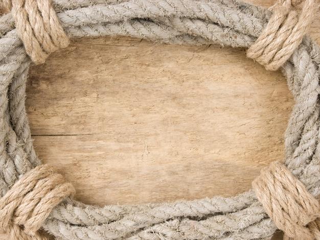 Frame gemaakt van gedraaid touw op een houten ruimte