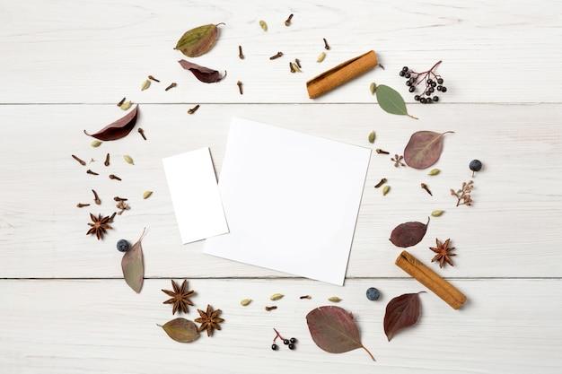Frame gemaakt van gedroogde herfstbloemen en herfstbladeren