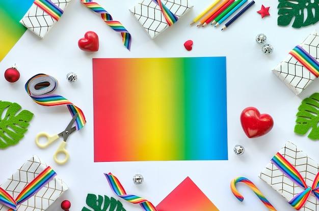 Frame gemaakt van kerstcadeaus met regenbooglint in de kleuren van de lgbtq-gemeenschapsvlag