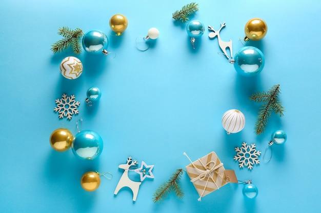 Frame gemaakt van kerstdecor op blauw