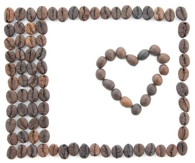 Frame gemaakt van koffiebonen op witte achtergrond. creativiteit en handwerk