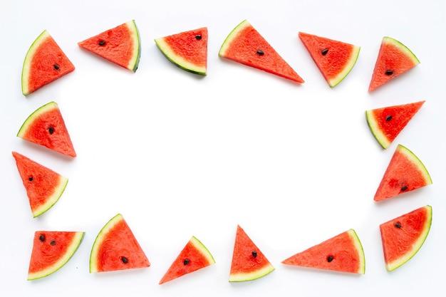 Frame gemaakt van plakjes watermeloen op wit.