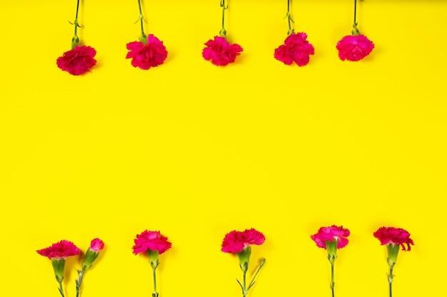 Frame gemaakt van roze anjer bloemen met lege wenskaart