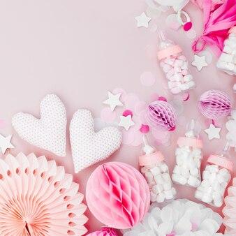 Frame gemaakt van roze en wit papier decoraties voor baby shower party. het is een meisje. platliggend, bovenaanzicht