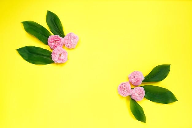 Frame gemaakt van roze roze bloemen
