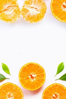 Frame gemaakt van sinaasappels met groene bladeren