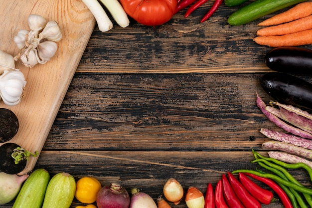 Frame gemaakt van verschillende groenten en een snijplank