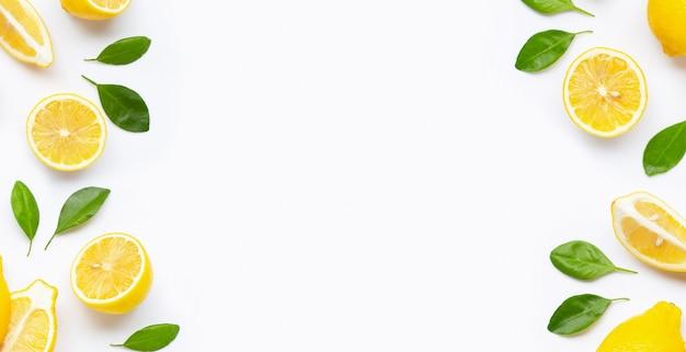 Frame gemaakt van verse citroen en plakjes met bladeren geïsoleerd op wit