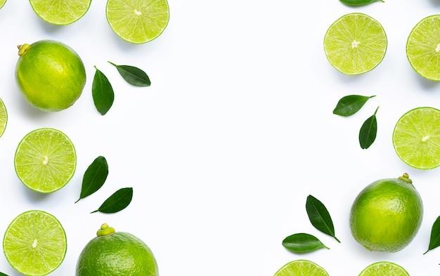 Frame gemaakt van verse limoenen (lemmetjes) met bladeren geïsoleerd op wit