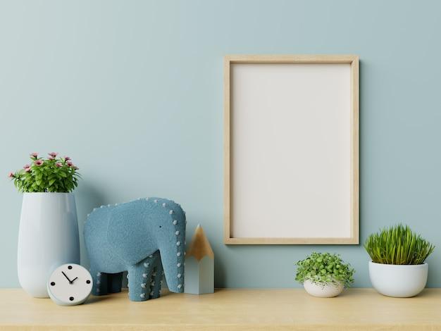 Frame in het interieur van de kinderkamer, frame op lege blauwe muurachtergrond.
