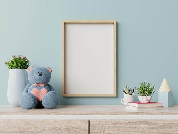 Frame in kinderkamer interieur, posters op lege blauwe muur.