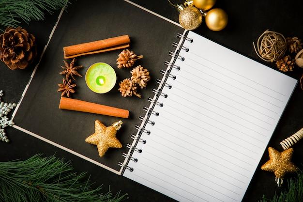 Frame kerstkaart en vintage lege open boek notities op de donkere tafel
