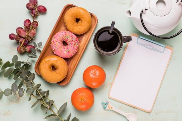 Frame klembord met smakelijke koffiepauze