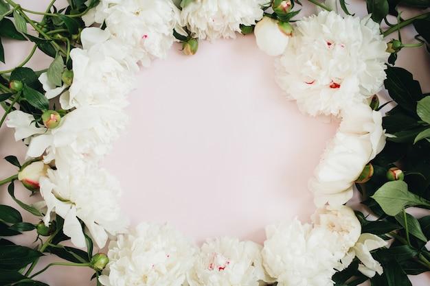 Frame krans van witte pioenroos bloemen, takken, bladeren en bloemblaadjes