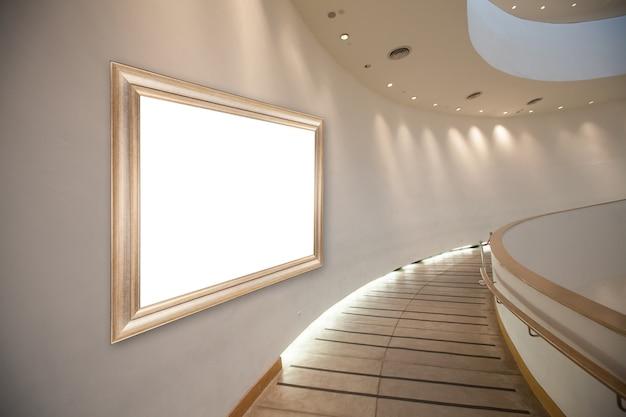 Frame leeg op de muur in de galerijhal.