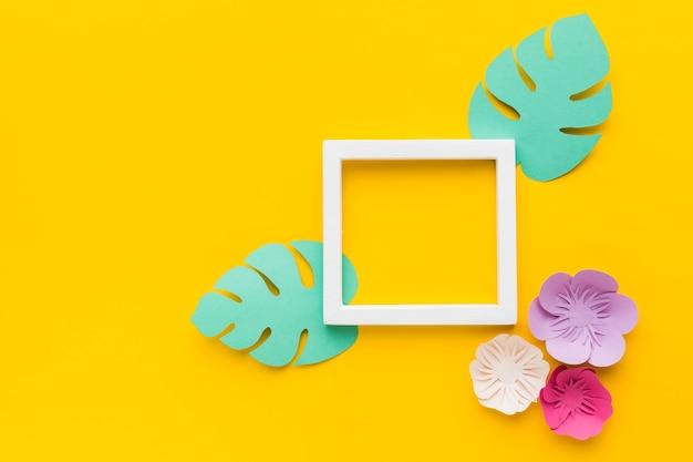 Frame met bladeren en bloemen papier ornamnet