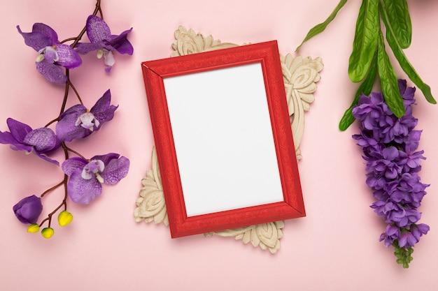 Frame met bloeiende bloemen naast