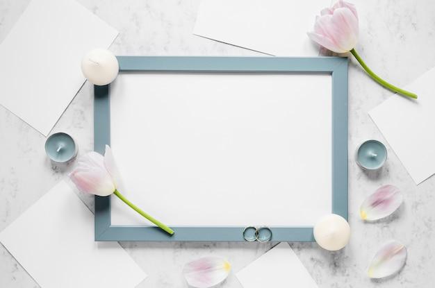 Frame met bloemen en kaarsen