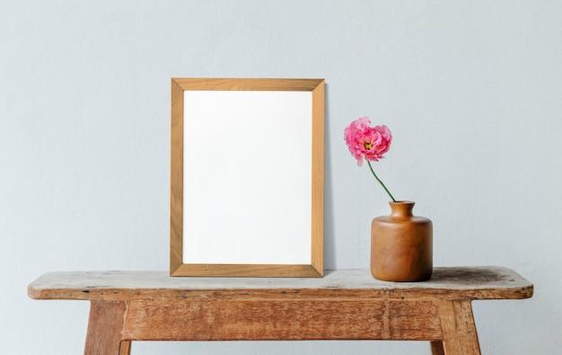 Frame met bloemen tegen blauwe minimale muur