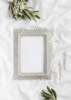Frame met bruid juwelen naast