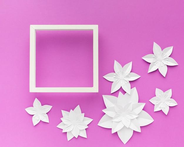 Frame met elegante witte papieren bloemen naast