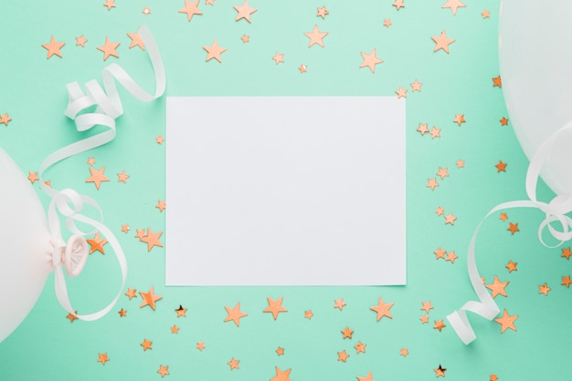 Frame met gouden confetti sterren op blauwe achtergrond