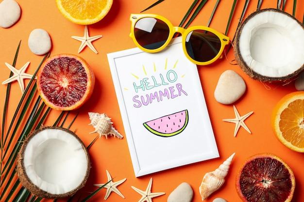 Frame met hallo zomer- en vakantie-accessoires op oranje, bovenaanzicht