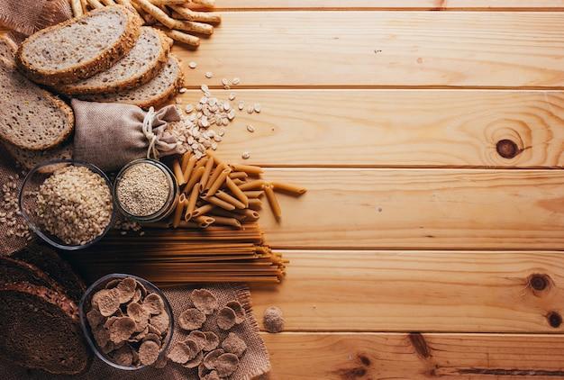 Frame met het best bekende volkoren voedsel op een houten tafel