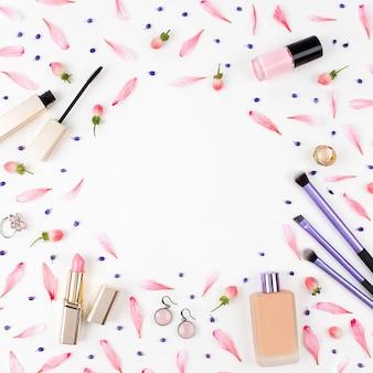 Frame met lippenstiftborstel en andere accessoires op witte achtergrond