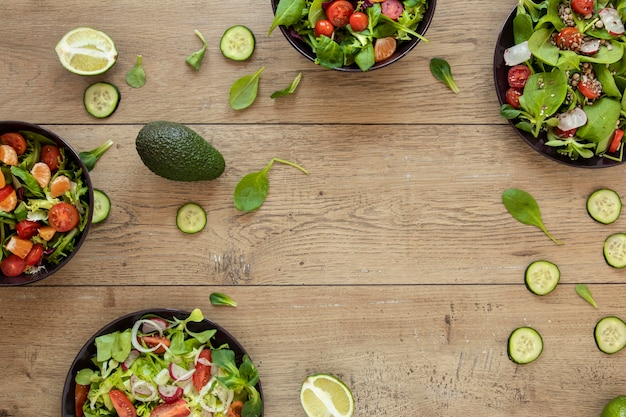 Frame met plaat met salade