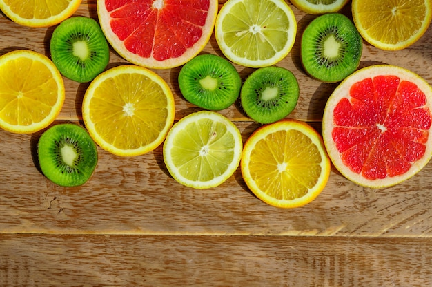 Frame met plak van sinaasappelen, citroenen, kiwi, geïsoleerd grapefruitpatroon. kopieer ruimte