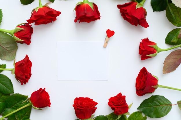 Frame met rode rozen op een witte achtergrond, copyspase.