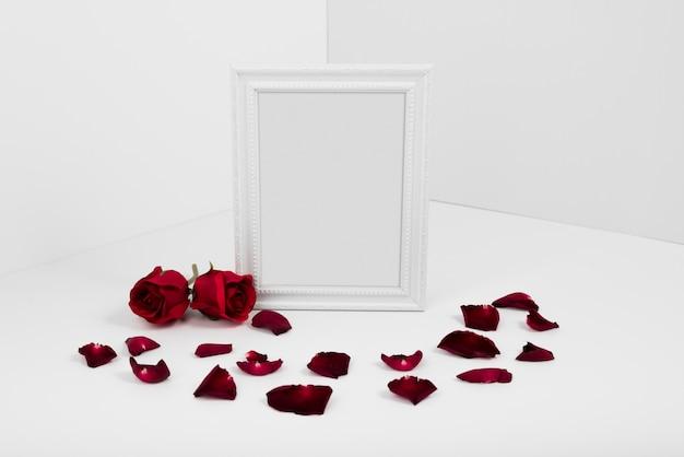Frame met rode rozen op witte tafel