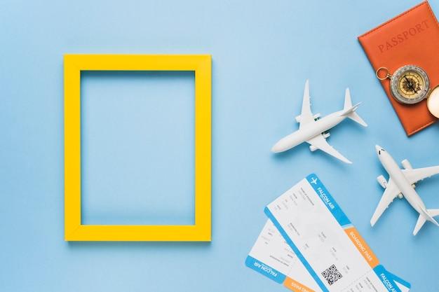 Frame met speelgoedvliegtuigen, kaartjes en paspoort