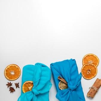 Frame met stof en stukjes sinaasappel