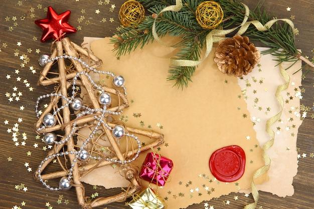 Frame met vintage papier en kerstversiering op houten achtergrond
