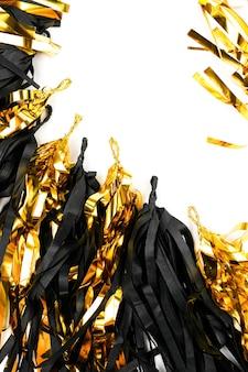 Frame met zwarte en gouden franje kwast slinger geïsoleerd op een witte achtergrond.