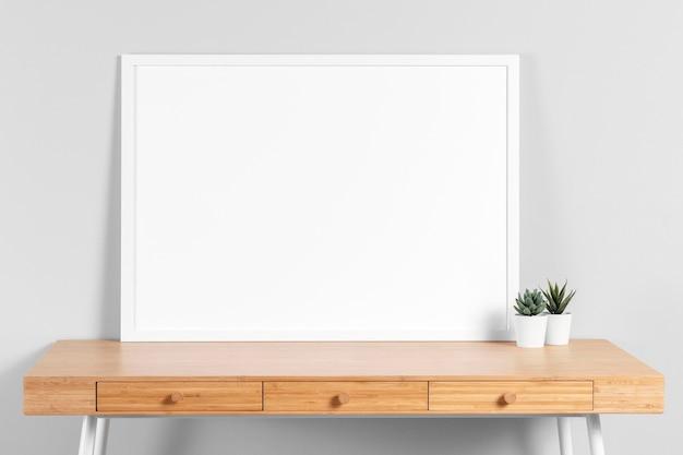 Frame mock-up op tafel met plant