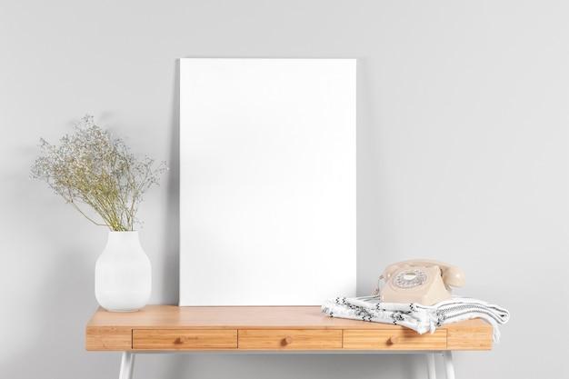 Frame mock-up op tafel naast vaas