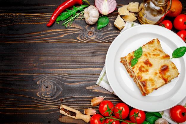 Frame - smakelijke lasagne op houten achtergrondkleur