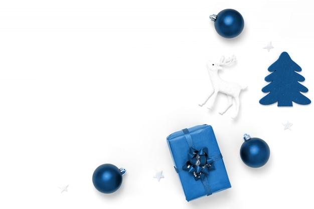 Frame van ballen, witte sterren, chrismas-boom, herten op wit
