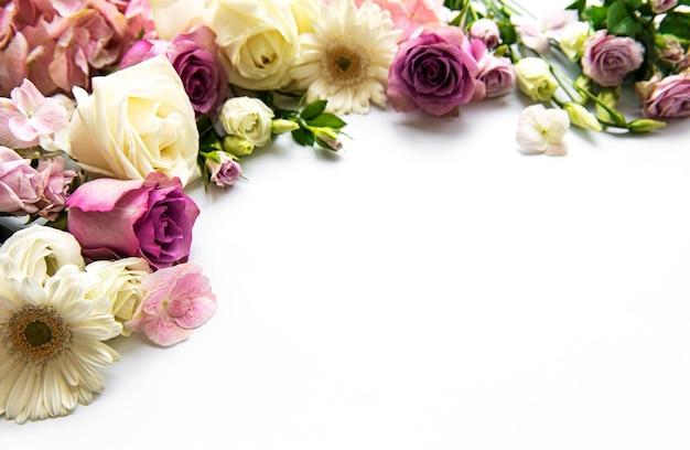 Frame van bloemen op wit